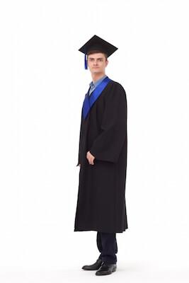 卒業式用のガウンを着ている学生