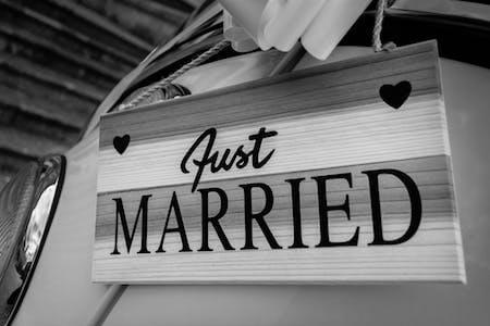 """車についている""""Just Married""""のサイン"""