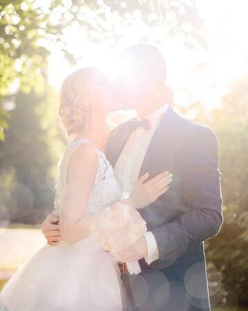 キスをする新婚カップル